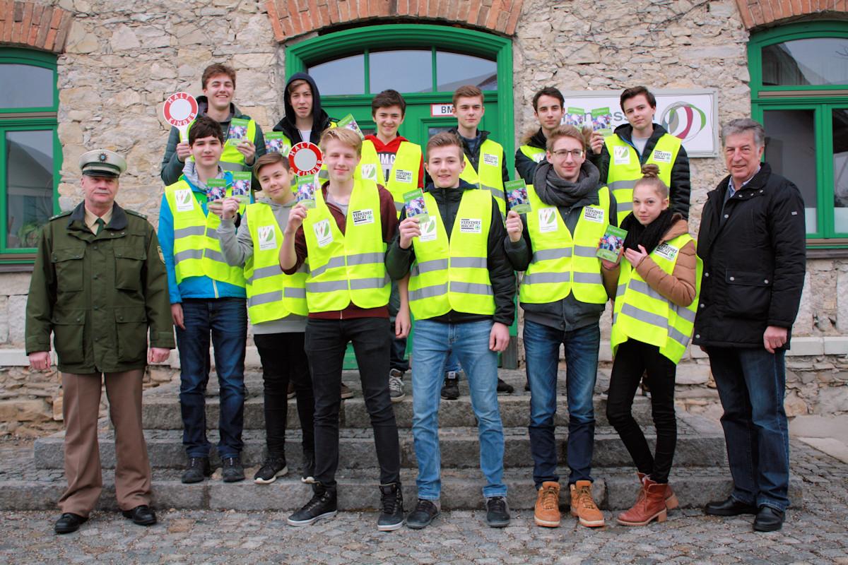 Schulbuslotsen der Motessori-Schule Rohrdorf ausgerüstet
